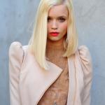 цвет холодный блонд в бежевом платье
