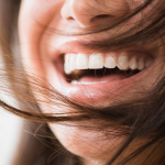 зубная нить и красивая улыбка